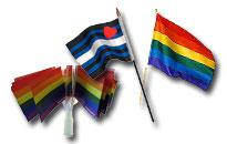 Pienet sateenkaariliput paperista tai kankaasta, Pride liput heilutettavaksi Helsinki Prideen, Kädessä heilutettavat homoliput